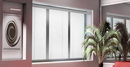 Fönster med persienn
